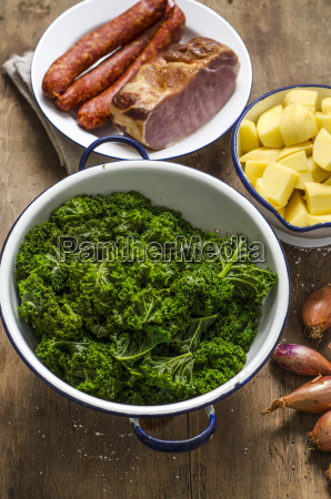 geduensteter gruenkohl kartoffeln zwiebeln geraeucherter schweinekotelett
