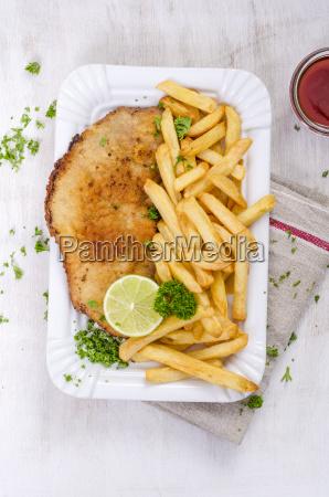 schnitzel mit pommes frites und ketchup
