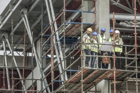 bauarbeiter und architekten mit plan bauen