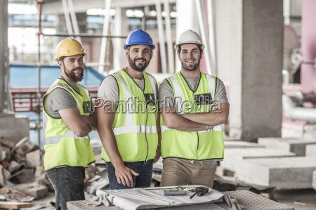 portraet zuversichtlich bauarbeiter in der baustelle