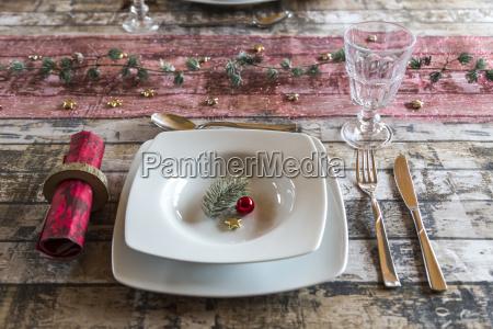 einstellung auf gedeckten tisch zur weihnachtszeit