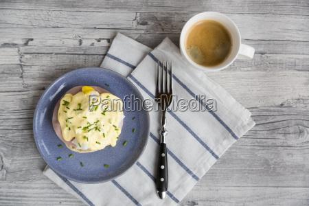 egg benedict blue plate breakfast egg