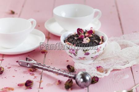 schale mit schwarzem tee mit getrockneten