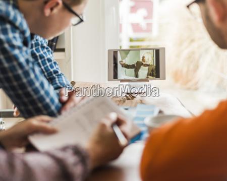 die kollegen am schreibtisch beobachten videofilm