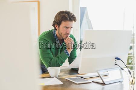 buero pc computer schreibtisch arbeitsstelle trinken