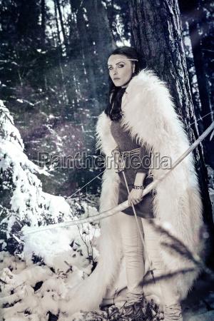 elf mit bogen im winterwald
