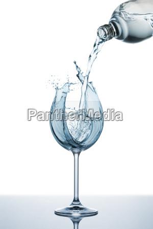 giesst wasser auf glas