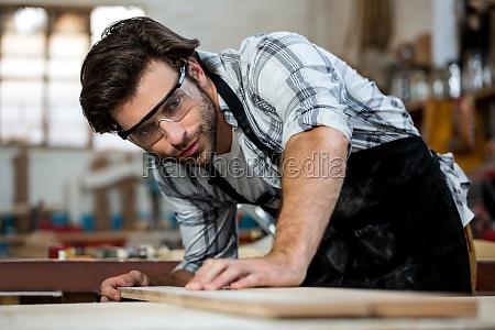 schreiner arbeiten an seinem handwerk