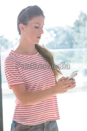 frau telefon telephon handy mobiltelefon weiblich
