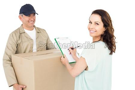gluecklicher liefermann gibt paket an kunden