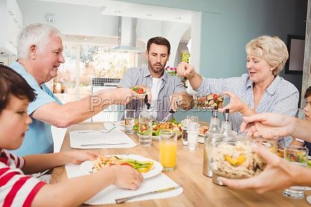 granny geben nahrung zu opa waehrend