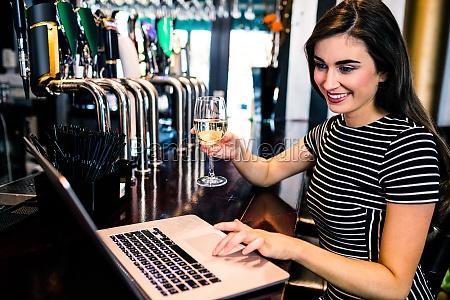 frau bar kneipe pub schaenke taverne
