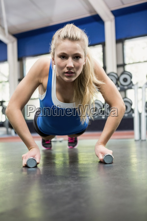 entschlossene frau die push ups macht