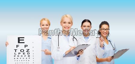 laechelnde augenaerzte und krankenschwestern
