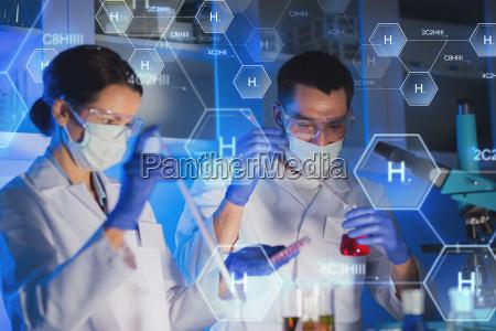 nahaufnahme von wissenschaftlern im labor die