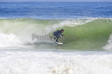 surfer reitet die kurve der grossen