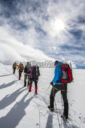 gruppe alpinist der in linie geht