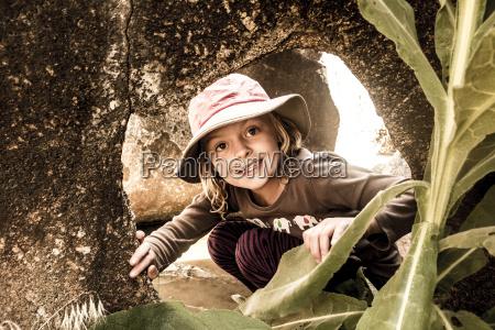 ein junges maedchen erforscht granit schlagloch