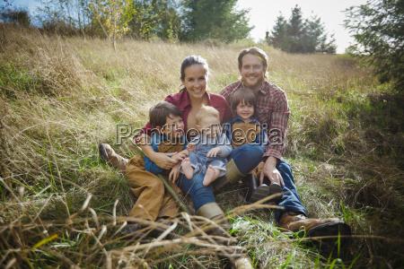 ein spass portraet einer lebhaften familie