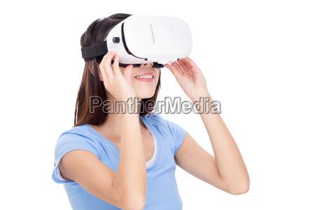junge frau mit virtual reality geraet