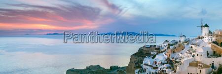 panorama von oia bei sonnenuntergang santorini