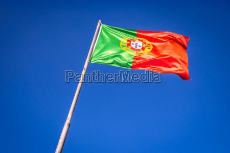 flagge von portugal im wind lissabon