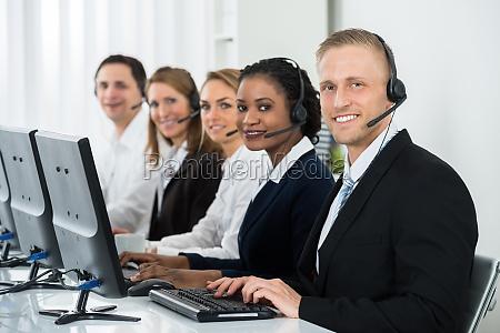 geschaeftsleute arbeiten im call center