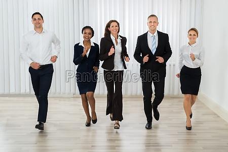geschaeftsleute laufen zusammen im amt