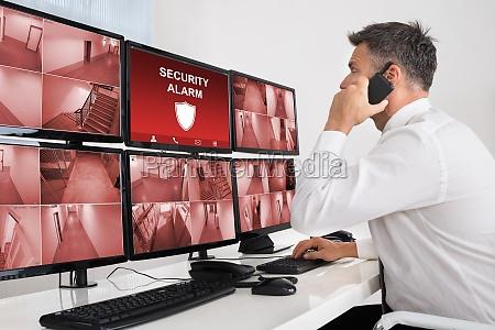 security system betreiber schaut auf cctv