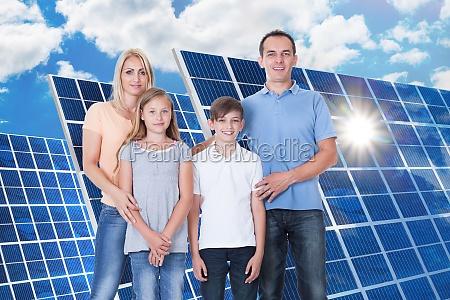 portrait der gluecklichen familie auf weissem