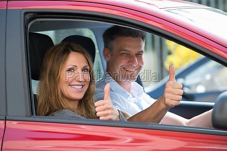 paar sitzen im auto