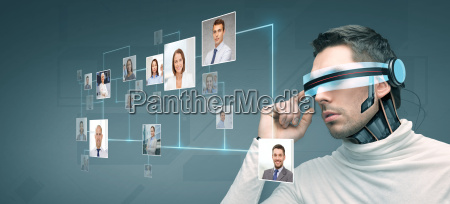 mann mit futuristischen 3d brille und