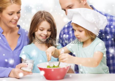 glueckliche familie mit zwei kindern die