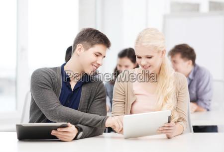 schueler schauen tablet pc in vorlesung