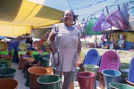 stolze mexikanische frau die buntes plastikzubehoer