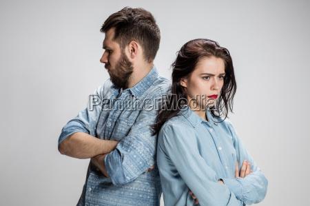 das junge paar mit unterschiedlichen emotionen