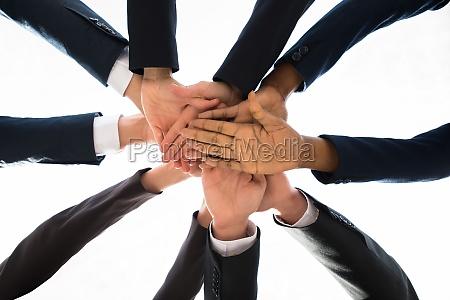 geschaeftsleute stapeln zusammen ueber einander