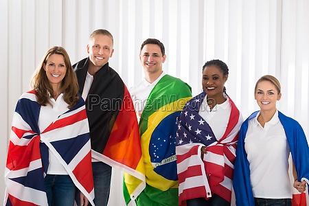freunde mit flaggen aus verschiedenen laendern