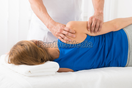 masseur tun arm massage im spa