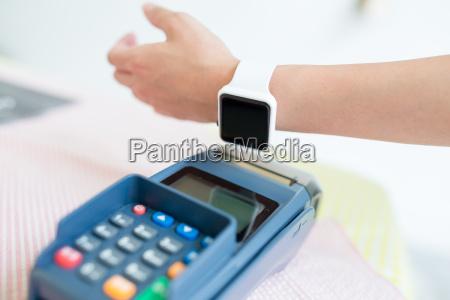 online banking gegen frau mit smart