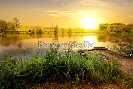 gelbes sonnenuntergang am teich