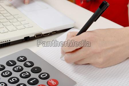 nahaufnahme der handschrift einer frau auf