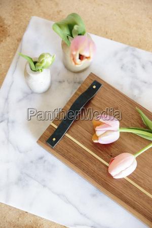 eine marmorplatte mit zwei vasen und