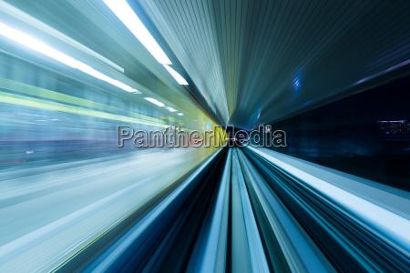 geschwindigkeit bewegung in staedtischen autobahn strassentunnel