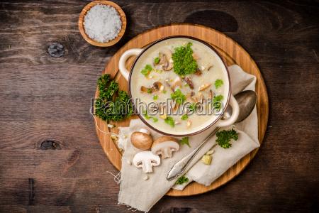 champignonsuppe mit petersilie