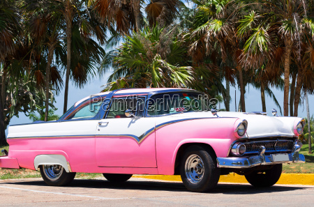 amerikanischer oldtimer parkt in havanna kuba