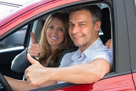 paar sitzt im auto