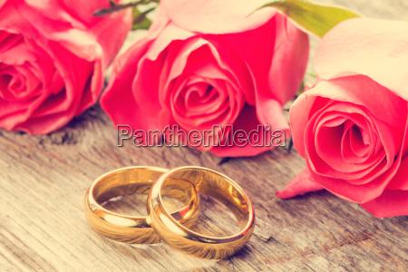 hochzeitsringe mit rosa rosen