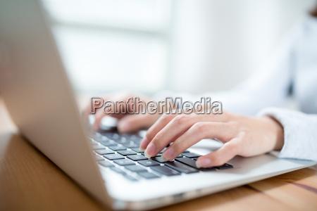 frau arbeitet am laptop computer