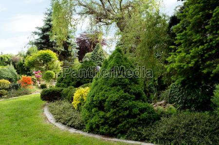 schoene fruehlingsgartengestaltung